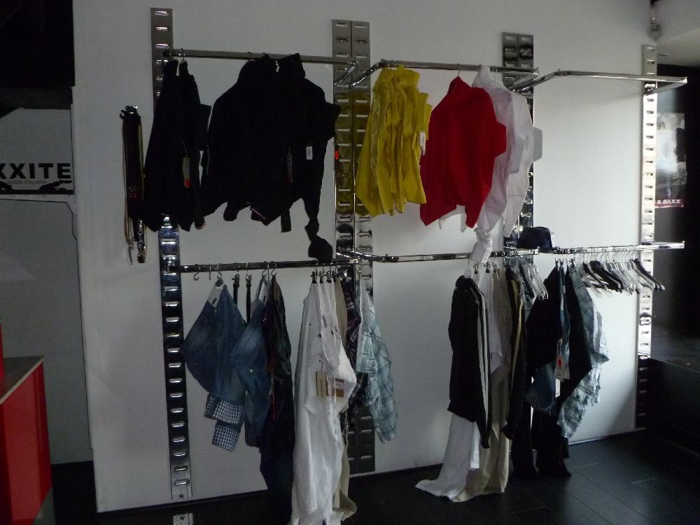 vente aux ench res stock de vetements neufs et agencement de magasin alliance ench res n 1062. Black Bedroom Furniture Sets. Home Design Ideas