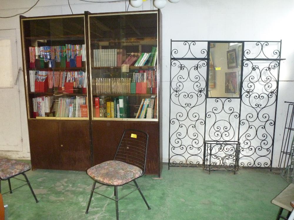 vente aux ench res stock de meubles et objets mobiliers divers provenant de la lj la caverne d. Black Bedroom Furniture Sets. Home Design Ideas